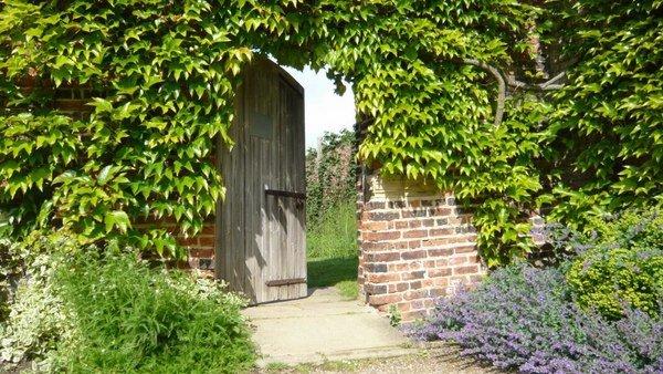 walled garden design ideas   create   secret